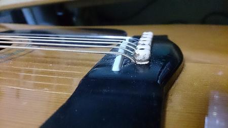 きれいにアールが付いた状態、そして弦の色に注目