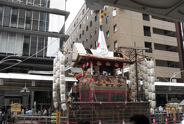 土曜日の午後、階段をあがると祭りだった。