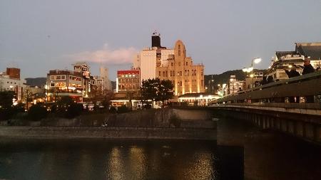 四条大橋のほとりから祇園方面を眺めるの図
