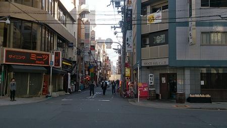 らーめん亀王西中島店前から繁華街を撮影。まだ人はまばらだ。