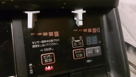 グリル右側のパネル。センサー解除、両コンロのタイマー機能なども搭載。