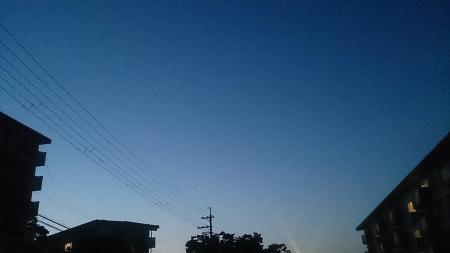 自宅前、AM4:26。「ロンドン・コーリング」のPVのロンドンの空と同じ色。