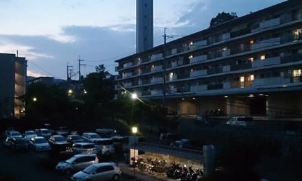 夕暮れ時の給水塔