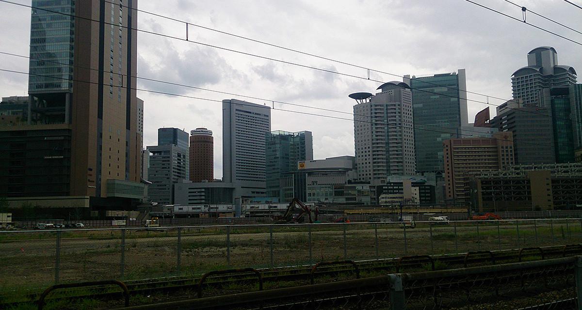 更地の向こうに見える高層ビル群 – 梅田貨物駅跡