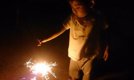 髪を短くして花火をしながら夏の終わりを感じる夜