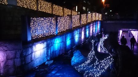 茨木神社前の地下スロープに行く手前のライトアップ。