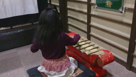 ガムランを演奏する娘