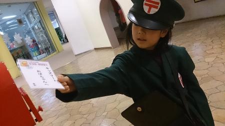 郵便配達をする娘