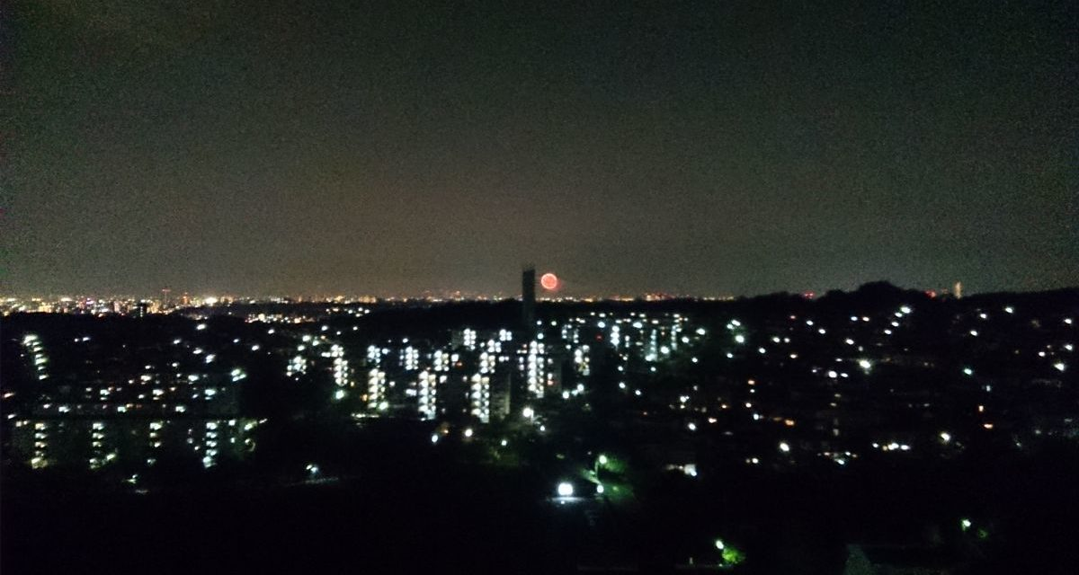 ベランダからほんのり見える花火 ― 淀川花火大会