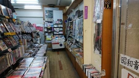 昭和に特化したレコード店。あちこちの張り紙がシブい。