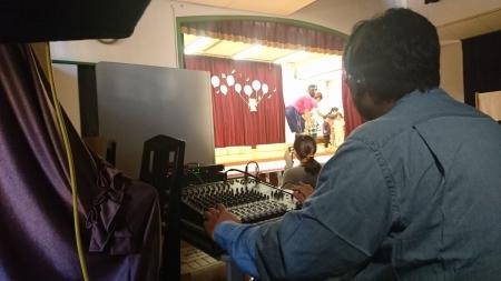PAのオペレーションまでこなす園長先生。音効はiPad使用。
