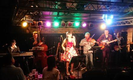 アコギ11度目 ― LISA&The Five Caratsライブでハネリズムを