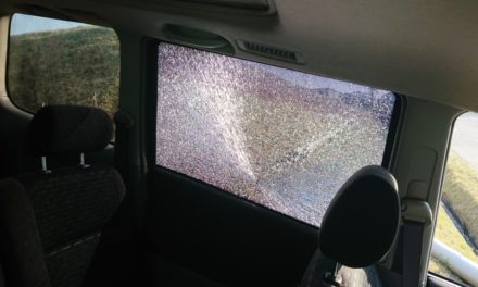 狙撃 ― 飛び石被害にてスライドドアが割られるという事件勃発