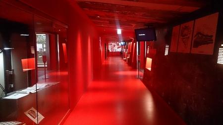 目の覚めるような赤色の展示ホール内。当時のままらしい。