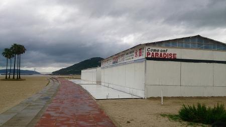 須磨海水浴場。台風のために営業をやめている海の家。