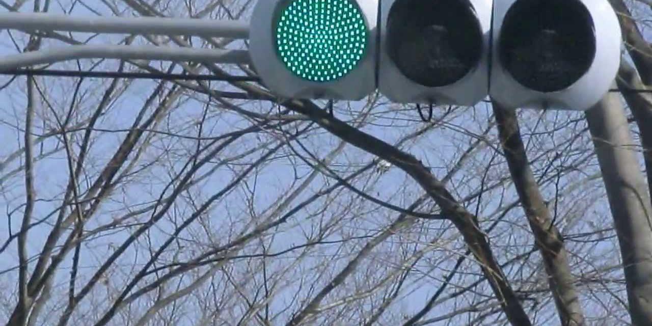 疑問 ― 信号はどう見ても緑なのになぜ青なのか